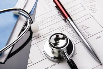 стетоскоп и ручка, лист бумаги