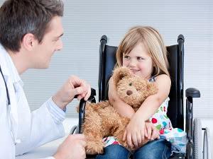 доктор и девочка, лечение ДЦП в израиле