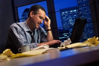 человек в офисе ночью