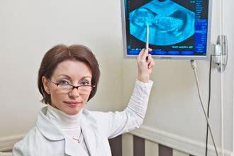 женщина и снимок плода УЗИ